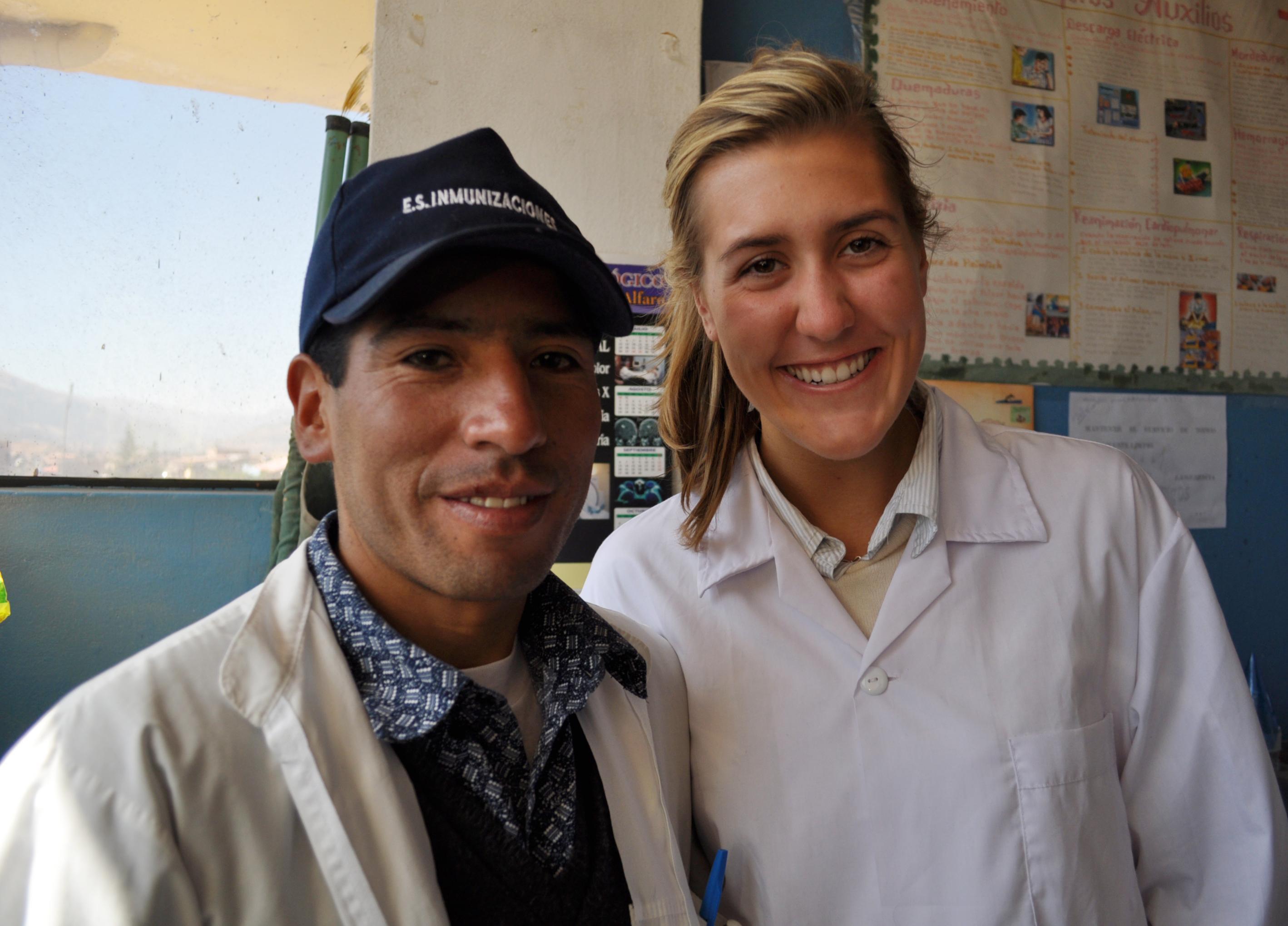 Interna de enfermería posando junto a un doctor en Perú.
